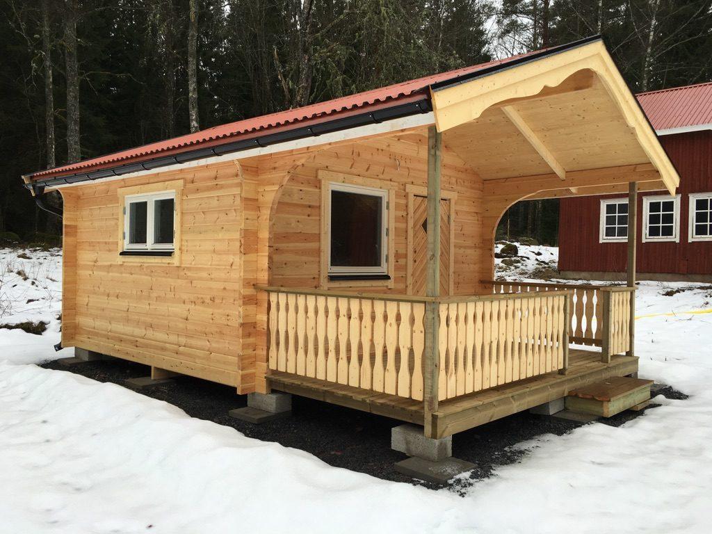 Gäststuga på 15 kvm på sommarstugetomt. Perfekt för alla gäster i sommar! Förlängd takfot.